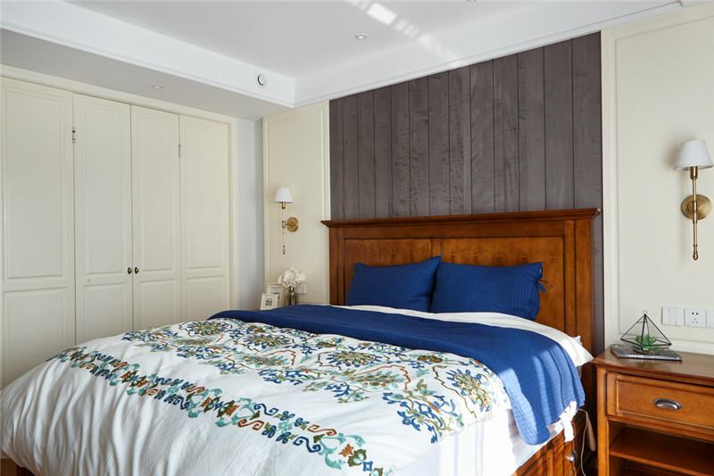 主卧的床头背景墙以灰色的木板装饰,结合原木质感的床与地板,整个