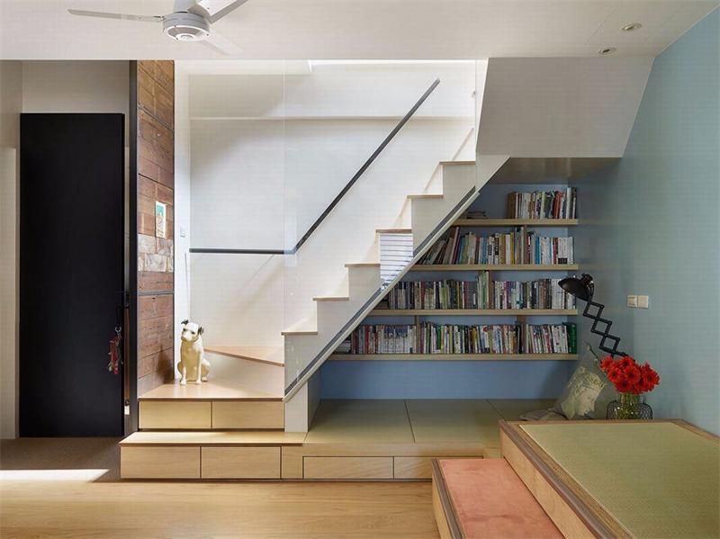 简约客厅楼梯实景图