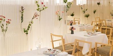 以透明感和花卉为主题的餐厅——隈研吾